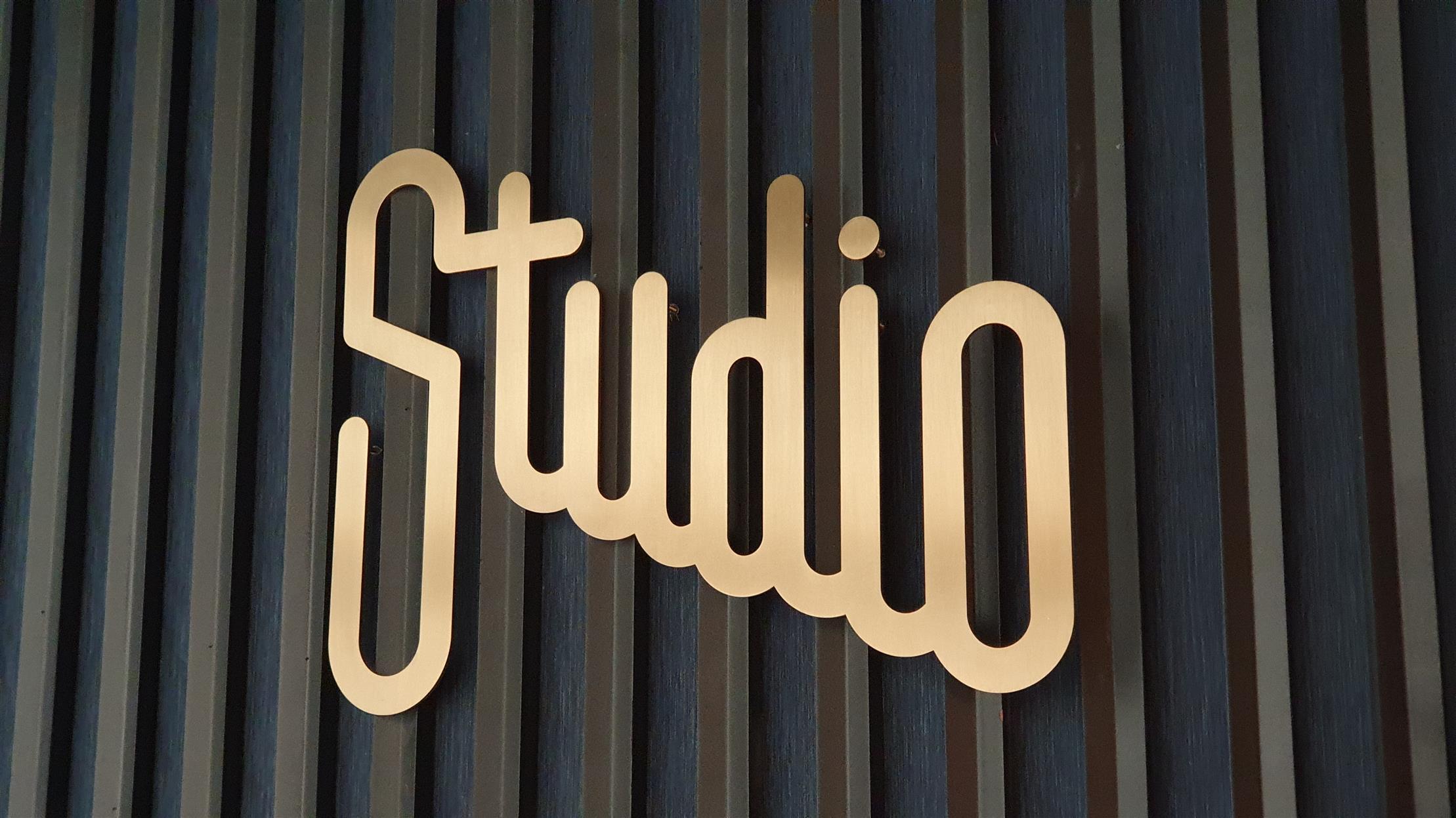שילוט פנים למשרד Studio