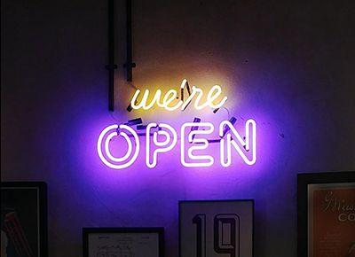 """שלט ניאון לחנות עם הכיתוב """"we're open"""""""